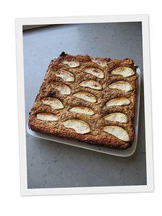 Havermoutkoek - Een receptje zonder suiker, bloem of boter. Het is een heerlijk gezonde koek, het heeft wat weg van appeltaart, een gezonde dan. Het niet knapperig zoals een gewone appeltaart, maar wel heerlijk van smaak!! Het vult geweldig en je kan het als een gezond ontbijt of lunch gebruiken, voor als je wat minder tarwe wilt eten.. Low Carb Recipes, Baking Recipes, Cake Recipes, Snack Recipes, Dessert Recipes, Snacks, Healthy Sweets, Healthy Baking, I Love Food