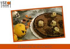 Friedhofkuchen ► 2 dunkle Tortenböden ► Schoko Gebäck Creme ► nach belieben Marmelade ► 1 Banane Auf den ersten Tortenboden die Marmelade verteilen, den zweiten Tortenboden darauf und das Ganze mit Schokocreme überziehen. Aus der Banane dicke Scheiben schneiden und als Grabsteine platzieren. Etwas zerbröselten Tortenboden für die Gräber verwenden Muffin, Halloween, Breakfast, Cake, Desserts, Food, Marmalade, Kuchen, Muffins