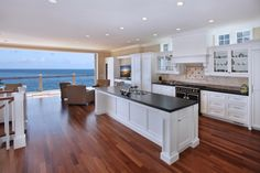 hahhaaa....if I had this kitchen with THIS VIEw (!!!!) someone else would have to cook, cuz I'd be sitting in a chair just chillin'......