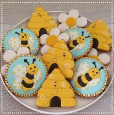 and beehive cookies Bee Cookies, Galletas Cookies, Fancy Cookies, Royal Icing Cookies, Bee Party, Summer Cookies, Baby Shower Cookies, Cookie Designs, Cookie Decorating