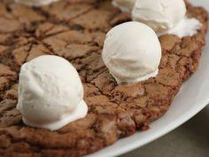 Jättecookie med tre sorters choklad | Recept från Köket.se