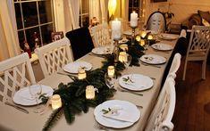 I år hadde vi en enkel men likevel veldig koselig bordpynt til jul. Maten hadde vi satt frem på kjøkkenbordet slik at alle kunne gå og fo...