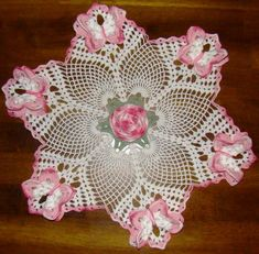 Magic Crochet's Pineapple Sextet Doily with a Rose and Butterflies! No pattern or diagram. Free Crochet Doily Patterns, Crochet Art, Crochet Home, Thread Crochet, Filet Crochet, Irish Crochet, Crochet Motif, Vintage Crochet, Crochet Crafts