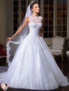 Em um casamento tradicional, a noiva privilegia o vestido branco com saia volumosa, pouco brilho e muita renda, véu longo, o cabelo preso em um coque clássico, uma maquiagem discreta e os sapatos brancos. O noivo um terno escuro com sapatos pretos.