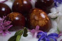 Máme pro vás originální tip, jak nabarvit vejce na Velikonoce. Připravte si silonové punčocháče, nějaké květy, vývar z cibulových slupek a podívejte se na videonávod.