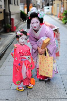 Adorable child and beautiful geisha woman Japanese Beauty, Japanese Fashion, Asian Beauty, Japanese Lady, Japanese Clothing, Kyoto, Geisha Art, Ethno Style, Memoirs Of A Geisha