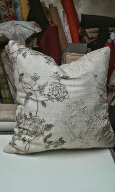 Cuscino foderato con tessuto operato su tela di lino