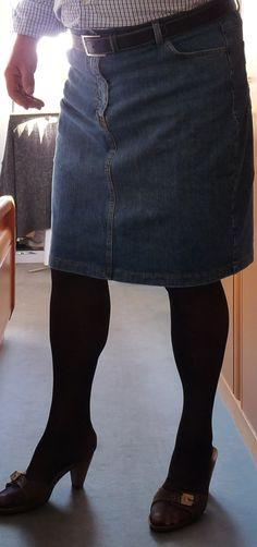mann trägt halterlose strümpfe