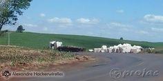 Caminhão capota na PR 092 - http://projac.com.br/noticias/caminhao-capota-na-pr-092.html
