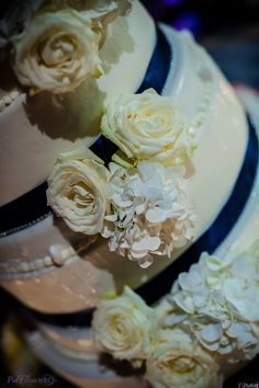 Raffinata #weddingcake con decorazione di rose e ortensie bianche.