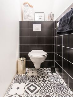 Jolie décoration de toilettes par Marc Antoine à Villeneuve d'Ascq, avec carrelage au sol à motifs. #WC #noiretblanc #carrelage #sol #ideedeco