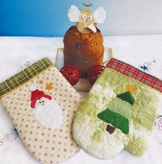 Já é Natal na Patch & Afins! Luvas natalinas: dois modelos de luvas para presentear quem gosta. Aprenda a fazer na ed. 71, acesse: www.patcheafins.com.br (Dentro do Patchflix) Gourds, Christmas Stockings, Coin Purse, Patches, Holiday Decor, Home Decor, Patchwork Natal, Gloves, Templates