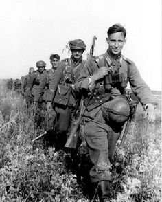 "Soldiers of the German Army ""Großdeutschland"" division march in Ukraine, pin by Paolo Marzioli Ww2 Uniforms, German Uniforms, German Soldiers Ww2, German Army, Military Photos, Military History, Ww2 Photos, Ww2 Pictures, Germany Ww2"