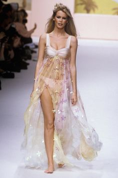 Flashback : Claudia Schiffer en 20 défilés Chanel - Page 2 Claudia Schiffer, Mode Chanel, Chanel Runway, Fashion Tv, Fashion Show, Fashion Outfits, Top Models, Irina Shayk, Vogue Paris