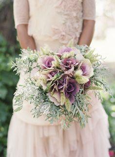 Ramo de novia de coles ornamentales y senecio :: Bridal bouquet with purple rosette cabbage, dusty miller, bunny tail grass