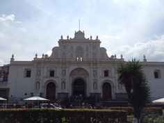 Catedral de la Antigua conserva aún su diseño colonial y posee imágenes de la época de la colonia Notre Dame, Colonial, Taj Mahal, Mansions, House Styles, Building, Travel, Decor, Antigua Guatemala