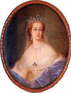"""Noble y Real: El guardarropa de la Emperatriz Eugenia. En su columna """"Chitchat on Fashions"""", el Godey's Lady's Book reportaba cada novedad que la emperatriz introducía, si se trataba de un nuevo color, como el """"azul Emperatriz"""" o un nuevo peinado """"à l'Imperatrice"""". Los retratos de Eugenia se encontraban en exhibición en escaparates de tiendas en toda Europa y en América del Norte, como si fuera su mecenas."""