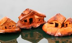 Carvings of houses from avocado pits by Noam Rosenberg www.noamrosenberg.com גילוף בגלעיני אבוקדו