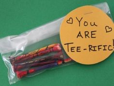 TEE-rific Painted Golf Tees For Papa, who loves golf! Fathers Day Art, Fathers Day Crafts, Gifts For Father, Diy Projects For Beginners, Golf Tips For Beginners, Kid Projects, Crafty Projects, Grandparents Day Gifts, Grandparent Gifts