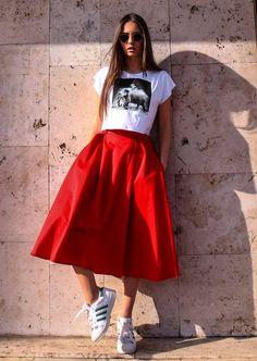 Эффектная красная юбка расклешенного покроя, с втачными карманами по бокам. Длина миди. атлас , сатин: