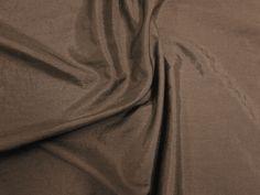 Hightech (Shitake). Tecido leve, com brilho acetinado, superfície com suave efeito de amassado. Ideal para looks festa.  Sugestão para confeccionar: vestidos de festa, saias, blusas, entre outros.
