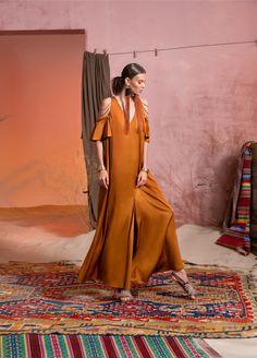 Вдохновением для новой летней коллекции от Alena Goretskaya стала Африка. Это яркая цветовая палитра, смешение стилей, анималистические и этнические принты, натуральные материалы, фурнитура и, конечно же, авторские аксессуары, которые дополнили и завершили образы, ярко отражающие стиль коллекции.  #alenagoretskaya #аленагорецкая #лето2020 #летнийобразженский #летнийобраз #тренды2020 #мода2020 #летнийобразнаработу #весна2020 #африка #образналето #платье #аксессуары2020 #аксессуары #сарафан…