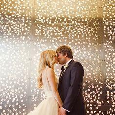 Luzes em formato de florzinhas! Lindo demais! ♥️✏️? #lovely #amolapisdenoiva #encantador #luzinhas #noivos #weddingday {foto: #thenichols}