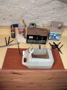 Nettoyer, décaper et dérouiller des objets en fer par lélectrolyse : mode demploi. How To Clean Rust, How To Remove Rust, Metal Crafts, Diy And Crafts, Stand Down, Diy Cnc, Workshop Organization, Bath Caddy, Blacksmithing
