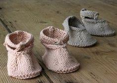 Der er bare ikke noget, der har så høj nuttethedsfaktor som småbitte sko, som kan få de mest hårdkogte til at smile og sige – nååååårh! De her er de blødest tænkelige og rigtig fine, hvis du vil glæde en veninde eller datter med en sød barselsgave. Eller strikke dem til din egen baby. Skoene strikkes i øko-bomuld og i…