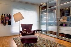 The dressing area has lockers with sliding glass doors. About the Spanish carpet Nanimarquina, armchair and coffee table give the ideal support. Reform signed by SAO Architecture - Brazil Style At Home, Best Interior, Interior Design, Dressing Room Closet, Dressing Rooms, Dressing Area, Closet Vanity, My Ideal Home, Dream Closets