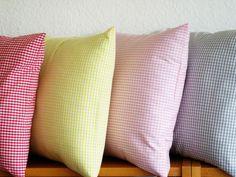 Das Kissen ist aus rosa Vichy-Karostoff genäht.Geschlossen wir das Kissen auf der Rückseite mit einem Hotelverschluss.    *Vichykaro-Farbauswahl: rosa