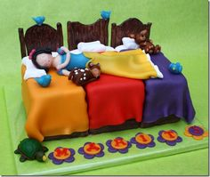 Snow White Cake with Snow White Sleeping in Dwarf house. Unique Cakes, Creative Cakes, Beautiful Cakes, Amazing Cakes, Fondant Cakes, Cupcake Cakes, Snow White Cake, White Cakes, Character Cakes