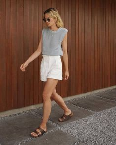 Basic Outfits, Casual Outfits, White Short Outfits, White Outfit Casual, Casual Shorts, Look Fashion, Girl Fashion, Birkenstock Outfit, Summer Shorts Outfits