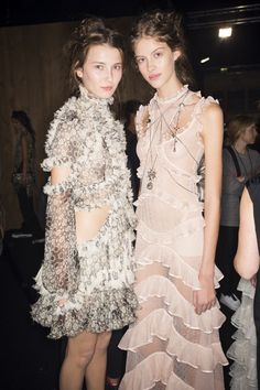 Backstage Alexander McQueen Spring 2016 Ready-to-Wear Fashion Show Beauty