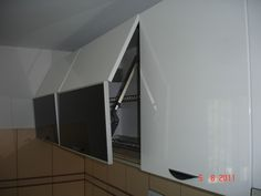 Mobila Bucatarie cu sistem de ridicare a usilor Lift Kinvaro Bathroom Lighting, My House, Flat Screen, Mirror, Furniture, Home Decor, Bathroom Light Fittings, Blood Plasma, Bathroom Vanity Lighting