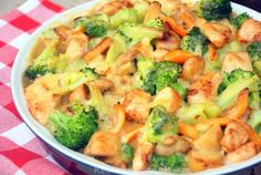 Broccoli-ovenschotel met kip, champignons en krieltjes This is in Dutch language but there are pictures to help figure out the recipe I Love Food, Good Food, Yummy Food, Oven Dishes, Tasty Dishes, Healthy Snacks, Healthy Eating, Healthy Recipes, Sem Lactose