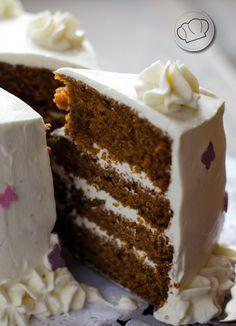 La tarta de zanahorias ya es un clásico en nuestra casa. Ahora la preparamos así, con un poco de especias y solo harina integral. Y queda para chuparse los dedicos...