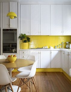 Small kitchen design planning is important since the kitchen can be the main focal point in most homes. We share collection of small kitchen design ideas Beautiful Kitchen Designs, Modern Kitchen Design, Beautiful Kitchens, Cool Kitchens, Yellow Kitchens, Kitchen Yellow, 70s Kitchen, Kitchen Colors, Kitchen Backsplash