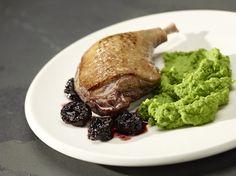 Nogi kaczki ze śliwkami suszonymi i purée z zielonego groszku - Kuchnia Lidla #lidl #przepis #kaczka #groszek