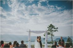 A stunning first kiss with a mountain landscape at Sparkling Hill Resort \ Joelsview Photography www.joelsview.com