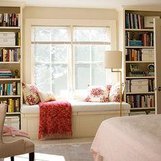 """hyller som vegg, seng ved vindu, evt. """"gardinger som kan trekke for/skjerme"""". gjesteseng for liten leilighet?"""