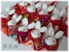 おくるみ根付(13.6) (13) Hair Ornaments, Christmas Tree Ornaments, Christmas Crafts, Fabric Art, Fabric Crafts, Japanese Art Styles, Japan Crafts, Japanese Bag, Silk Art