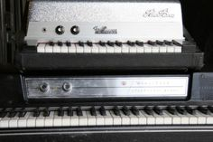 Old school Wurlitzer. We love our vintage instruments :) Electric Piano, Digital Piano, Old School, Keyboard, Madness, Music Instruments, Thoughts, Vintage, 1970s