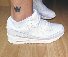 Tatuaje de una corona en el exterior del tobillo derecho.