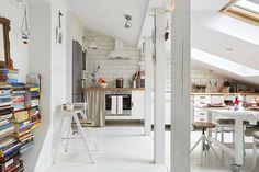 Finisaje și piese de mobilier în alb într-o delicată mansardă din Polonia Jurnal de design interior