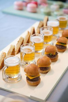Mini Burgers and Beer Cute! Mini Burgers and Beer Wedding Appetizers, Mini Appetizers, Appetizer Ideas, Wedding Snacks, Fun Canapes, Wedding Canapes, Wedding Foods, Healthy Appetizers, Wedding Finger Foods