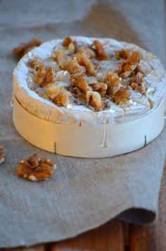 Camembert rôti noix et miel ( autre variation avec en plus des raisins blanc sec et arrosé de bière belge )