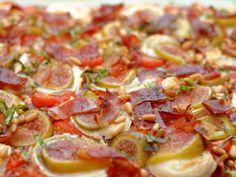 Ma Cuisine et Vous | Pizza figues, chèvre et jambon | Préparation : 20 minutes Cuisson : 15 minutes Ingrédients (pour 4 personnes) : 1 pât... Calzone, Sauce Tomate, Hawaiian Pizza, Pepperoni, 20 Minutes, Pains, Food, Pizza, Fresh Figs