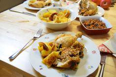 von kuechenereignisse.com  Abgesehen von der Weihnachtsgans und dem Weihnachtskarpfen gibt es auch das Weihnachtshuhn mediterraner Provenienz gefüllt mit getrockneten Pfirsichen, Rosinen und Pflaumen. Als Beilage ein Salat aus Navettes, gelbe Rübchen und gebratenen Apfelspalten.