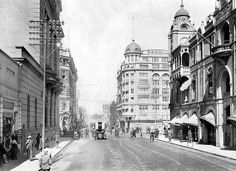 The Consolidated Building, seen on the right, has added greatly to the appearance of the street. Johannesburg Skyline, Car In The World, Historical Pictures, African History, Old Photos, South Africa, Landscape Photography, Street View, Viajes